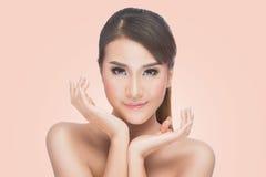 Retrato asiático da beleza, mulher bonita dos termas que toca em sua cara Pele fresca perfeita Foto de Stock Royalty Free