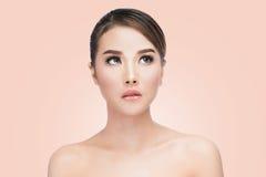 Retrato asiático da cara da mulher da beleza Menina bonita do modelo dos termas com pele limpa fresca perfeita Fotografia de Stock Royalty Free