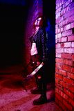 Retrato assustador de uma mulher irritada do maníaco com os dois machetas no sangue no estilo do Dia das Bruxas Foto de Stock Royalty Free