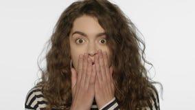 Retrato asustado de la mujer Ci?rrese para arriba de muchacha del choque con la expresi?n asustada almacen de metraje de vídeo