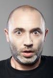 Retrato asustado del hombre aislado en gris Imagen de archivo libre de regalías