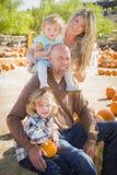 Retrato ativo da família no remendo da abóbora Imagens de Stock Royalty Free
