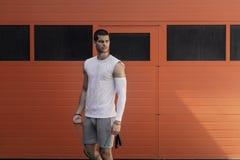 Retrato atlético, homem muscular que prepara-se para aquecer-se com corda de salto fotos de stock
