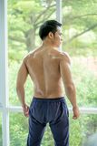 Retrato atlético muscular del culturista de un hombre sano joven Fotos de archivo libres de regalías