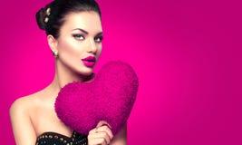 Retrato atractivo de Girl del modelo de la tarjeta del día de San Valentín foto de archivo