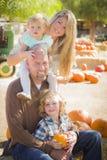 Retrato atractivo de la familia en el remiendo de la calabaza Fotos de archivo libres de regalías