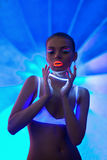Retrato atractivo de la muchacha con maquillaje del neón del resplandor Imágenes de archivo libres de regalías