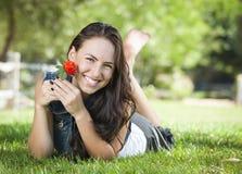 Retrato atractivo de la muchacha de la raza mixta que pone en hierba Imagenes de archivo