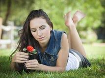 Retrato atractivo de la muchacha de la raza mixta que pone en hierba Imagen de archivo libre de regalías