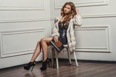 Retrato atractivo de la mujer hermosa joven en las botas de cuero y bolso elegante Fotografía de archivo