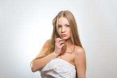 Retrato atractivo de la mujer joven del encanto Foto de archivo libre de regalías