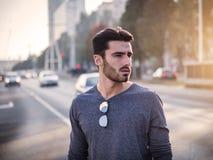 Retrato atractivo del hombre joven en calle de la ciudad Imagen de archivo