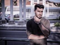 Retrato atractivo del hombre joven en calle de la ciudad Fotos de archivo