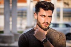 Retrato atractivo del hombre joven en calle de la ciudad Fotografía de archivo