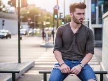 Retrato atractivo del hombre joven en calle de la ciudad Imagen de archivo libre de regalías