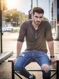 Retrato atractivo del hombre joven en calle de la ciudad Foto de archivo libre de regalías