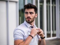 Retrato atractivo del hombre joven en calle de la ciudad Foto de archivo