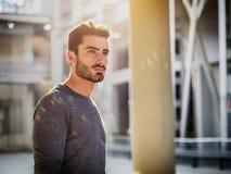 Retrato atractivo del hombre joven en ciudad Imagen de archivo libre de regalías