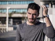 Retrato atractivo del hombre joven en ciudad Fotografía de archivo