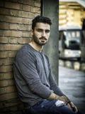 Retrato atractivo del hombre joven en ciudad Foto de archivo