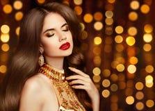 Retrato atractivo elegante de la muchacha en oro maquillaje Judío de los pendientes de la moda Foto de archivo