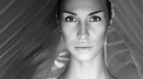 Retrato atractivo hermoso blanco y negro de la mujer Cara de la mujer con N fotos de archivo libres de regalías