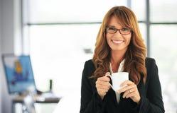Retrato atrativo da mulher de negócios Fotos de Stock Royalty Free