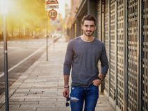 Retrato atrativo do homem novo na rua da cidade Imagens de Stock