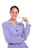 Retrato atrativo dos vidros da terra arrendada da mulher de negócios. fotos de stock