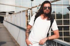 Retrato barbudo atractivo del hombre con las gafas de sol Foto de archivo libre de regalías