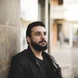 Retrato barbudo del aire libre del hombre en la ciudad fotos de archivo