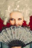 Retrato barroco hermoso de la mujer con la peluca y la fan Fotos de archivo libres de regalías
