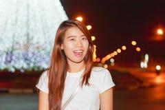 Retrato bastante asiático de la noche de la mujer con el fondo ligero de los Años Nuevos Fotografía de archivo libre de regalías