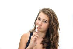 Retrato bastante de la sonrisa adolescente cepillando sus dientes aislados en el fondo blanco Foto de archivo libre de regalías
