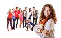 Retrato bastante joven de la muchacha del estudiante con los amigos Imágenes de archivo libres de regalías