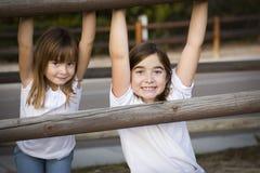 Retrato bastante joven de las hermanas afuera Fotografía de archivo libre de regalías