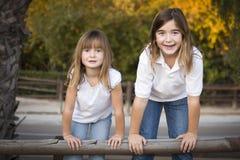 Retrato bastante joven de las hermanas afuera Imagenes de archivo