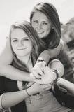 Retrato blanco y negro de dos muchachas sonrientes felices Imagen de archivo