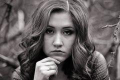 Retrato blanco y negro de la chica joven Foto de archivo libre de regalías