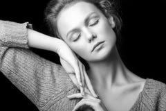 Retrato blanco y negro de la muchacha atractiva hermosa Foto de archivo libre de regalías