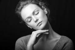 Retrato blanco y negro de la muchacha atractiva hermosa Imágenes de archivo libres de regalías