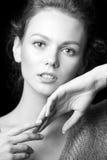 Retrato blanco y negro de la muchacha atractiva hermosa Fotografía de archivo libre de regalías