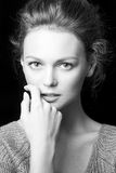 Retrato blanco y negro de la muchacha atractiva hermosa Fotos de archivo libres de regalías