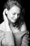 Retrato blanco y negro de la muchacha atractiva hermosa Imagen de archivo libre de regalías