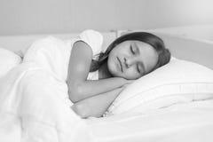 Retrato blanco y negro de la muchacha hermosa durmiente Imagen de archivo