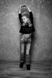 Retrato blanco y negro de la muchacha rubia Imágenes de archivo libres de regalías