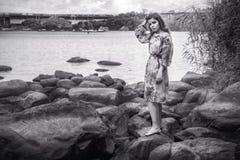 Retrato blanco y negro de la mujer joven triste y avergonzada hermosa Fotos de archivo