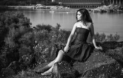 Retrato blanco y negro de la mujer morena joven hermosa Imágenes de archivo libres de regalías