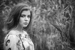 Retrato blanco y negro de la mujer morena triste joven hermosa Imagenes de archivo