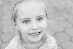 Retrato blanco y negro de la niña Imagenes de archivo